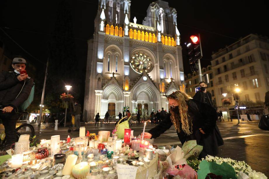 Moment de recueillement devant la cathédrale samedi soir à Nice.  Nice, France, oct 31st 2020 - Evening tribute in front of Notre Dame basilica, where 3 people where killed on thursday in a terrorist attack (MaxPPP TagID: maxmatinnews474202.jpg) [Photo via MaxPPP]