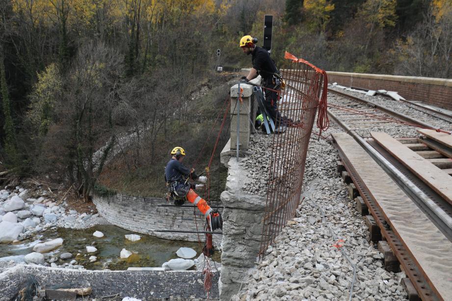 Les équipes de SNCF Réseau au travail pour rétablir la ligne entre Saint-Dalmas et Tende.