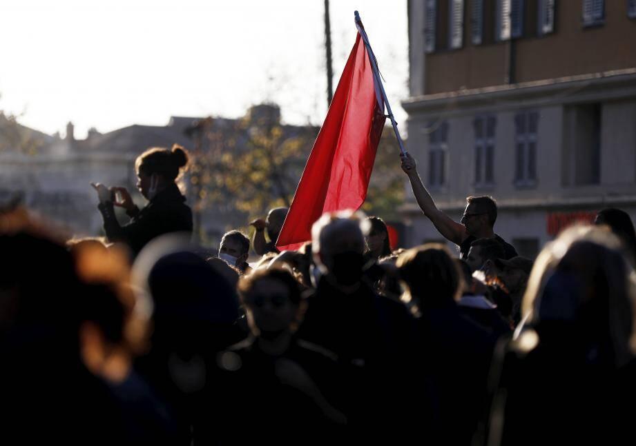 """Qui est """"Nice la vie"""", inconnue il y a encore deux mois? Cette toute jeune association a fait une démonstration de force ce samedi en faisant descendre 3.000 personnes (1.500 selon la police) dans les rues de Nice pour le soutien des commerçants et artistes. Et annonce qu'elle va déposer plainte contre l'État."""
