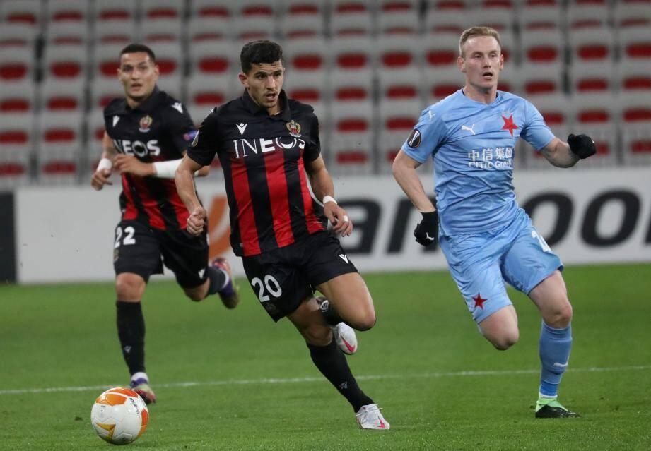 Le défenseur niçois Youcef Atal est de nouveau sorti blessé contre le Slavia Prague.