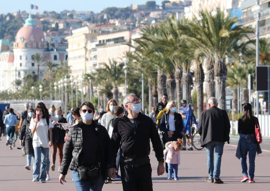 Le retour des promeneurs ce dimanche sur la promenade des Anglais.