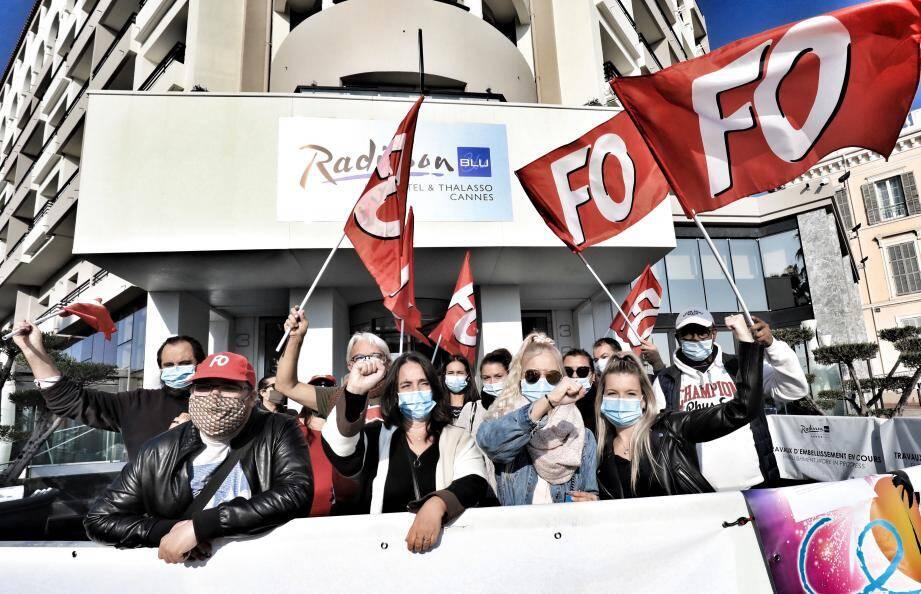 Les employés manifestent leur colère devant le Radisson Blu fermé depuis dimanche.