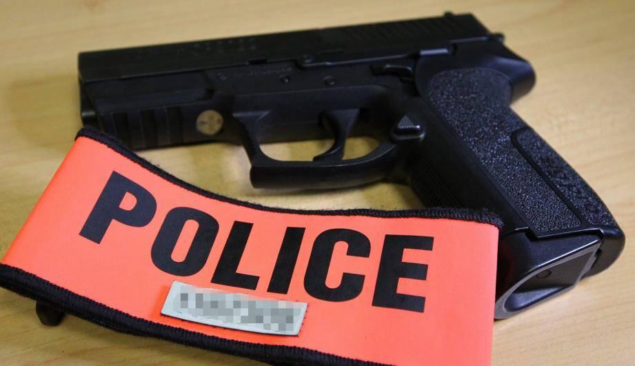 La policière est jugée pour un total de dix infractions pénales.
