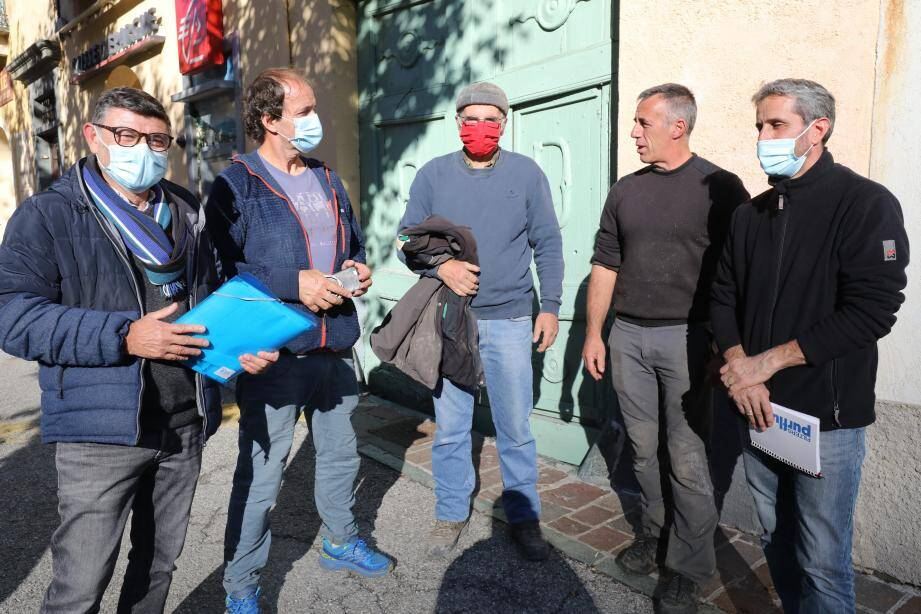 Daniel, Pascal, Paul, Luc et Patrick : ces cinq artisans-commerçants animent la première réunion de l'association devant 80 concitoyens, le 27 octobre, au cinéma de Tende.