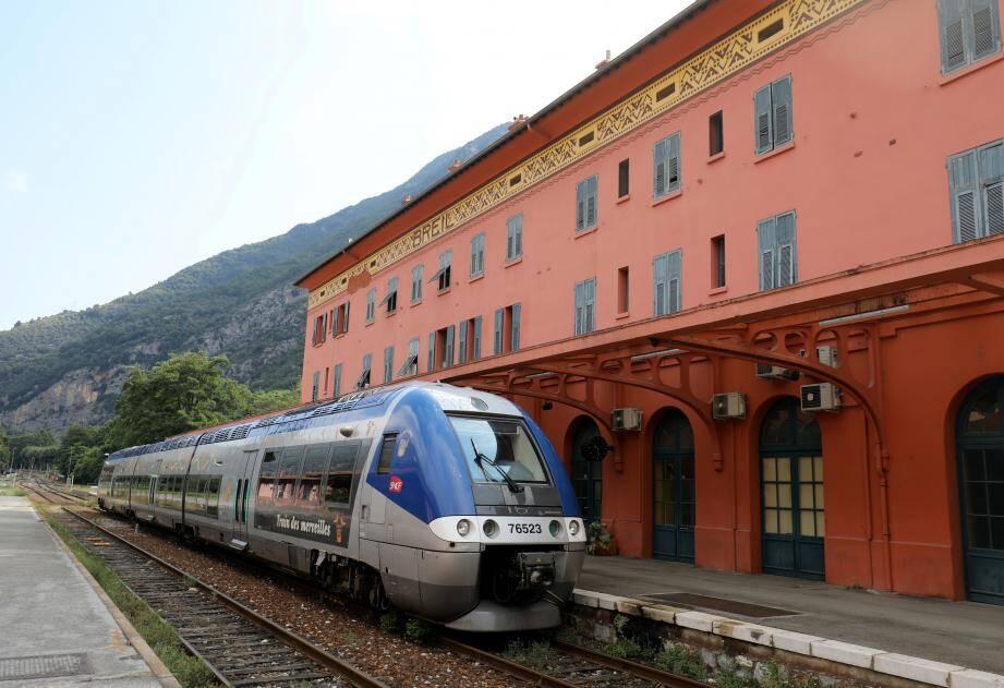Illustration du train des Merveilles entre Nice et Cuneo, ici en gare de Breil-sur-Roya.