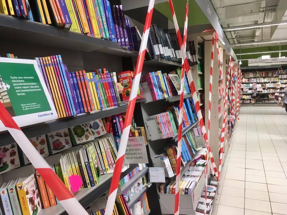 Illustration d'un rayon livres d'un hypermarché de Nice.