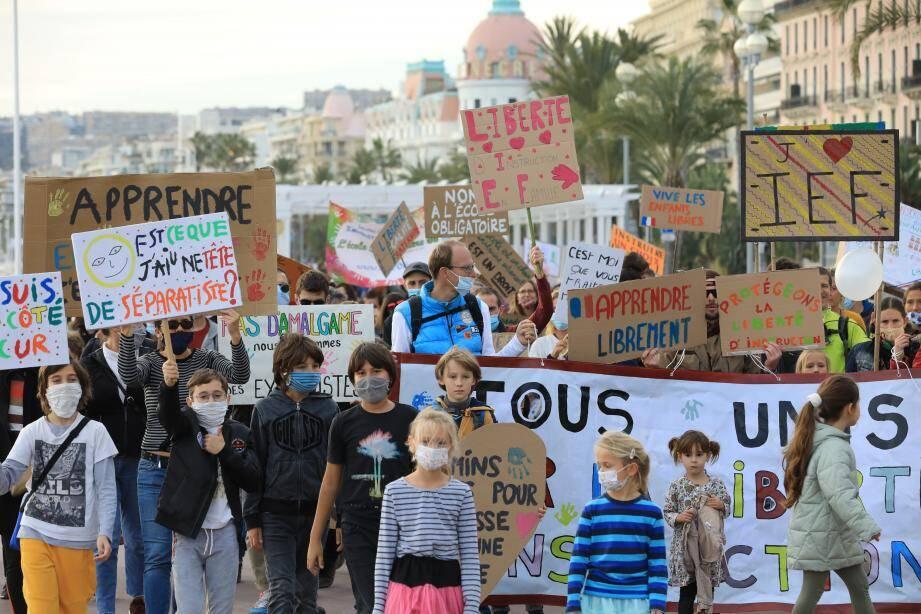 Beaucoup de familles ont fait le déplacement samedi après-midi. Une centaine de personnes, adultes et enfants, ont manifesté sur la promenade des Anglais.