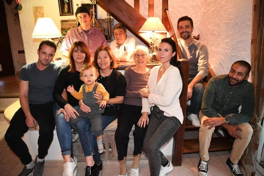 Quatre générations sont réunies dans ce foyer. Rose, 99 ans, ses arrières-petits-enfants Marine, Rümi et Téo, ses petits-enfants Karine et Brice, ainsi que son fils Gérard et sa belle-fille Rose.  entourée de sa famille