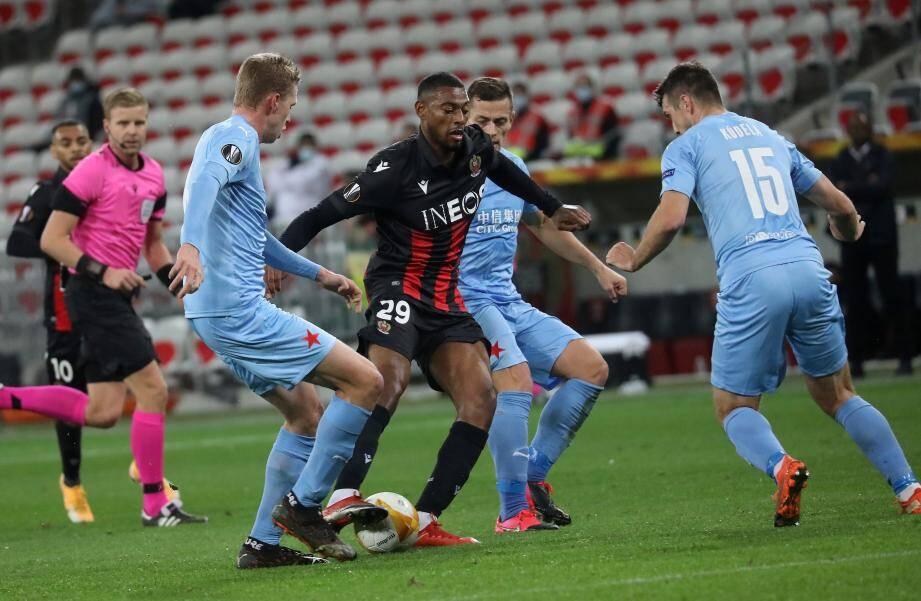 L'OGC Nice mené 1-0 à la mi-temps face au Slavia Prague.