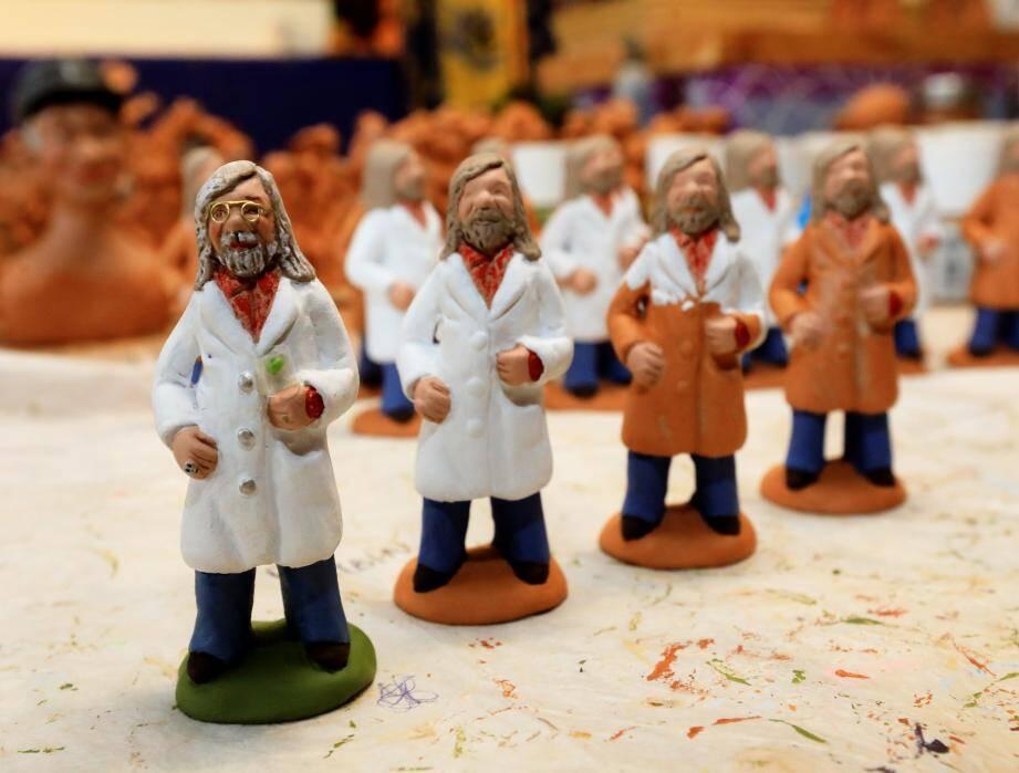 Pour mettre la crèche de Noël à l'heure du Covid-19, une santonnière de (Var) a créé une figurine à l'effigie du professeur Didier Raoult, le polémique directeur de l'Institut hospitalo universitaire Méditerranée Infection, grand défenseur de l'hydroxychloroquine. a créé un santon à l'effigie du professeur Raoult