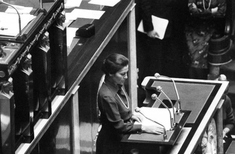 Simone Veil, alors ministre de la Santé, à la tribune de l'Assemblée nationale le 26 novembre 1974.