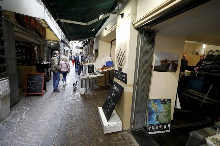 Ce week-end de la Toussaint, de nombreuses boutiques étaient ouvertes à Vence, comme ici, ce dimanche. Le maire avait pris un arrêté municipal en ce sens, il le suspend.