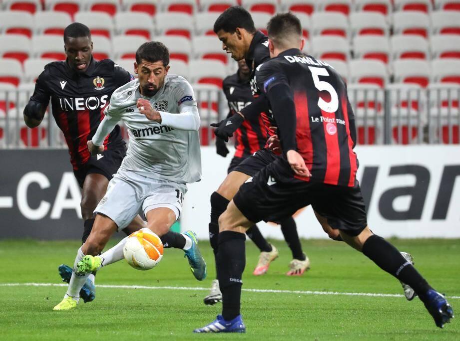 Kerem Demirbay du Bayer Leverkusen a bel et bien réussi à se défaire de la défense du Gym pour donner une passe décisive sur l'ouverture du score de son équipe en 1e période.