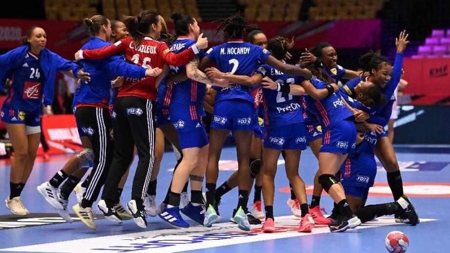 Les handballeuses françaises fêtent leur qualification pour la finale de l'Euro, le 18 décembre 2020 à Herning