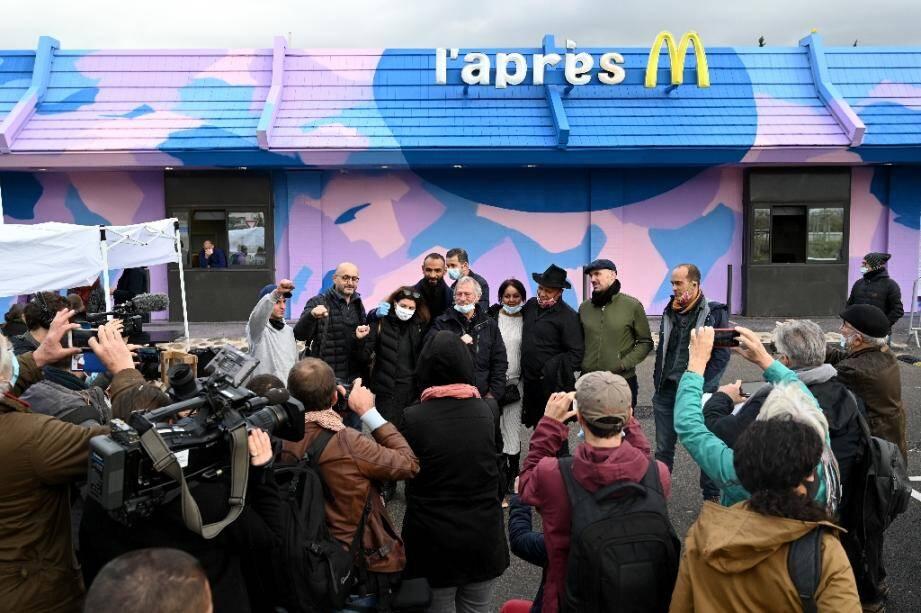 """José Bové et les bénévoles de """"L'Après M"""" devant l'ancien Mc Donald's lors de son inauguration à Marseille le 19 décembre 2020"""