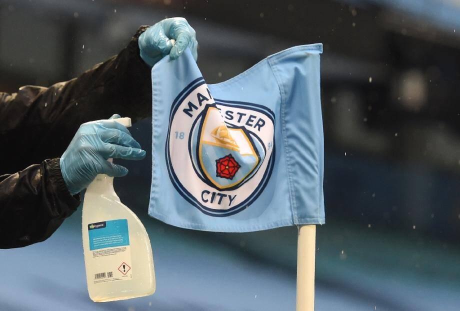 Manchester City décimé par des cas de Covid, matches reportés, le football anglais se retrouve à nouveau sous le menace de la pandémie qui s'accélère dans le pays, incitant certains à réclamer une interruption des compétitions.