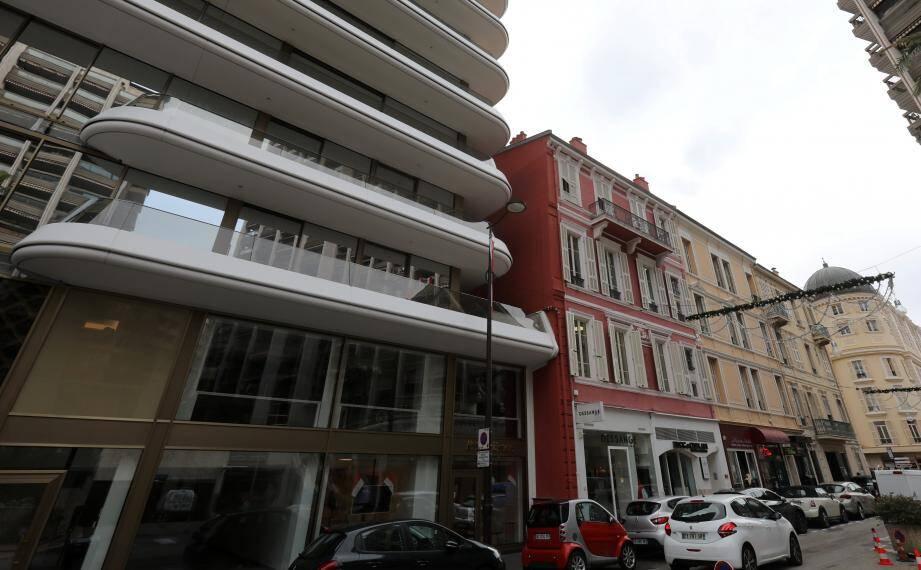 """Avenue de la Costa, le très contemporain immeuble 26 Carré Or a remplacé l'ancien tabac La Régence. Cet immeuble donnera-t-il le """"la"""" à de nouvelles constructions contemporaines?"""