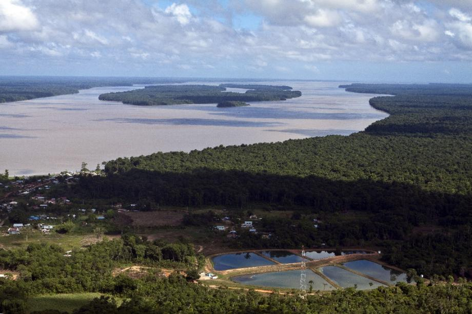 Vue aérienne du fleuve Maroni, à proximité de Saint-Laurent-du-Maroni, en Guyane français