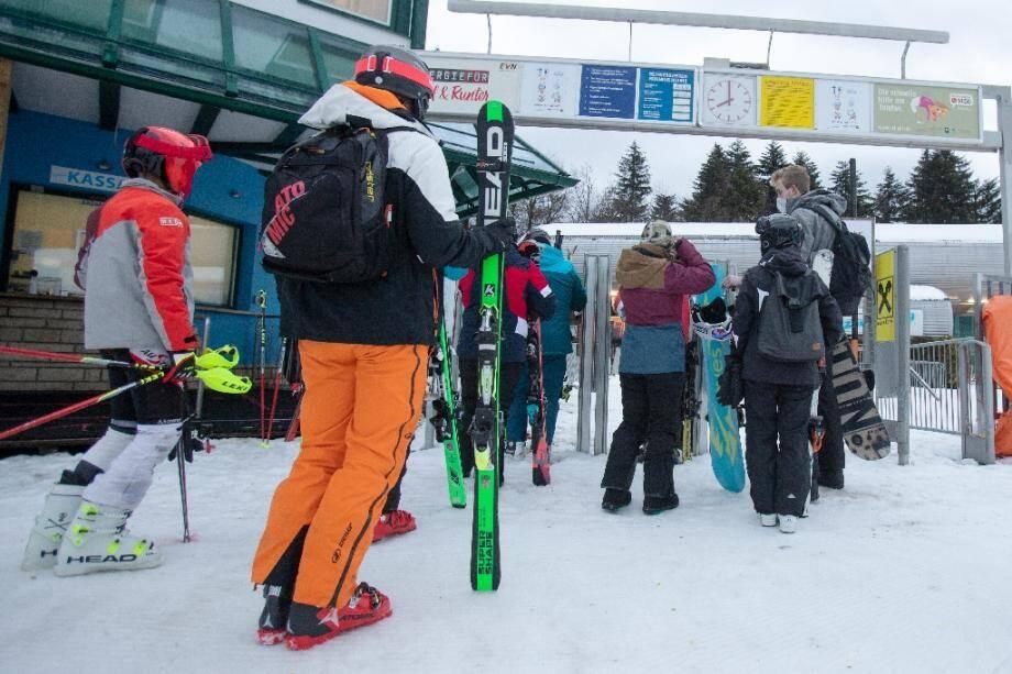 Des skieurs attendent de prendre un télésiège lors de la réouverture des stations de ski, le 24 décembre 2020 à Sommering, en Autriche