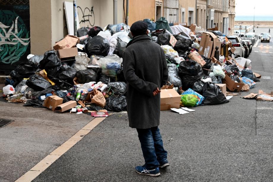 Ordures dans une rue de Marseille le 28 décembre 2020