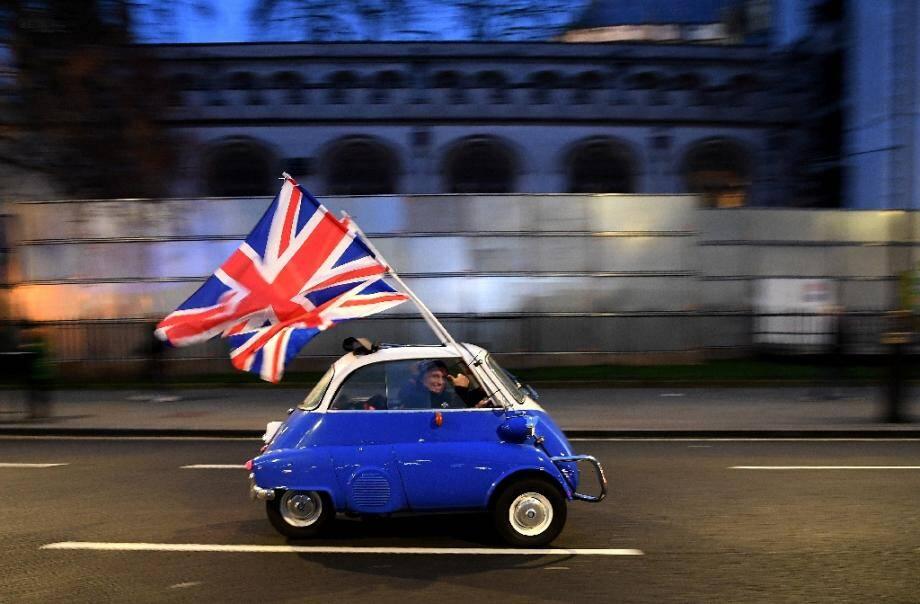 Un automobiliste dans le centre de Londres brandit le drapeau britannique le jour de la sortie du Royaume-Uni de l'UE, le 31 janvier 2020