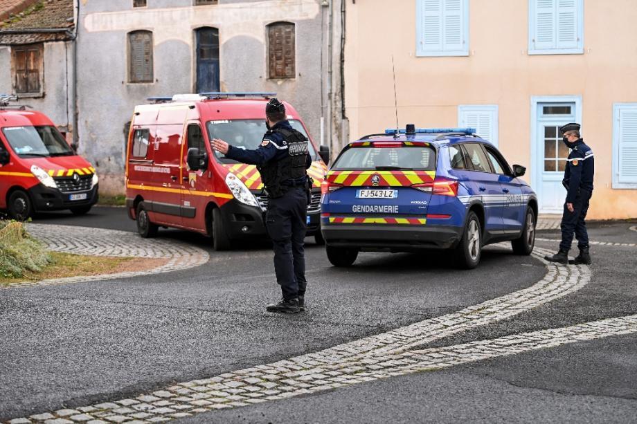 Un gendarme fait signe à des véhicules des pompiers à Saint-Just le 23 décembre 2020