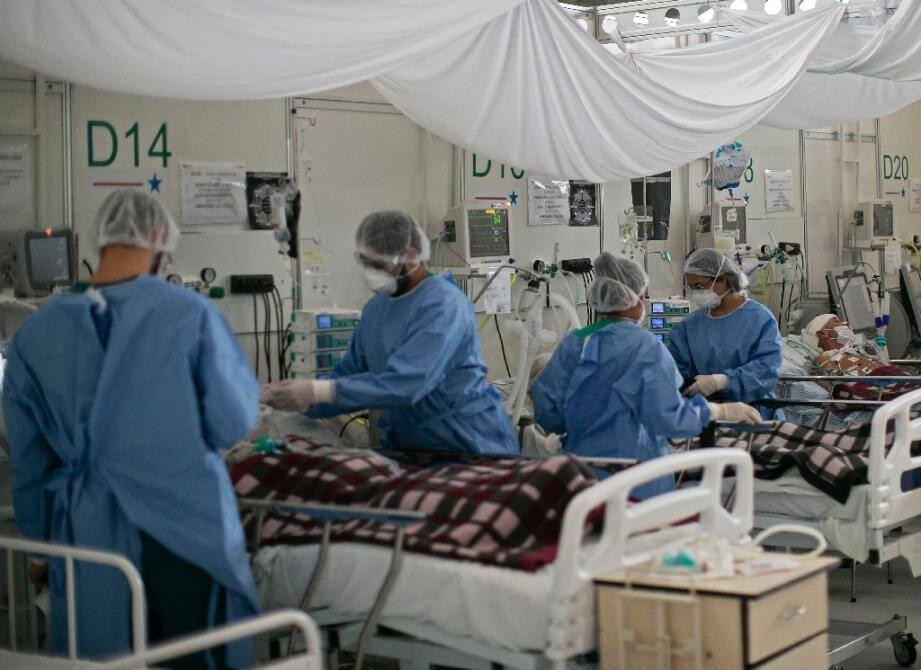 Des soignants s'occupent de malades du Covid-19 dans un hôpital de campagne à Belem (Brésil), le 3 décembre 2020
