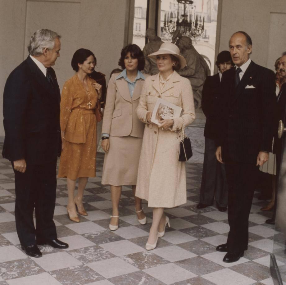 Le 5 juin 1976, le couple Giscard d'Estaing reçoit, à l'Élysée, le prince Rainier et la princesse Grace, accompagnés par la princesse Caroline.
