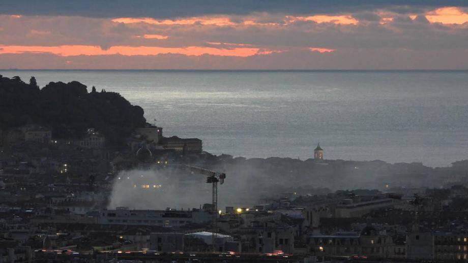 Un incendie en plein centre de Nice visible depuis les collines de Nice-nord.