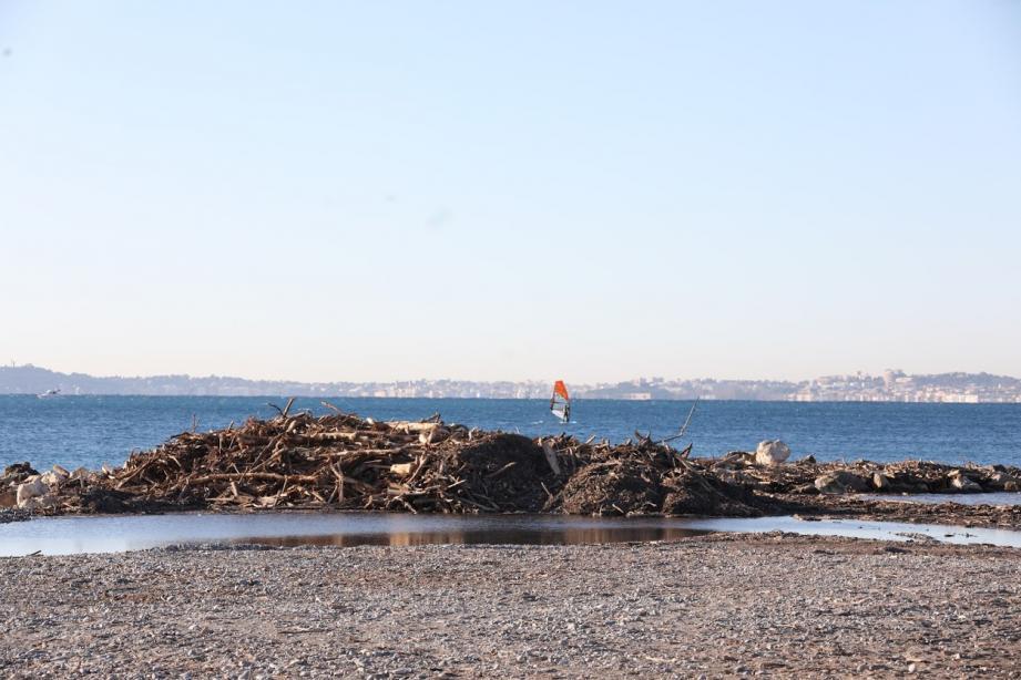 Les plages de Saint-Laurent-du-Var, deux mois après la tempête Alex qui a charrié des tonnes de déchets.