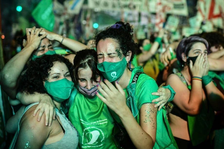 Des militantes manifestent leur joie à Buenos Aires, le 30 décembre 2020 après l'adoption de la légalisation de l'avortement