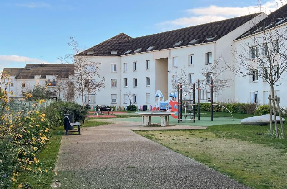 Le terrain de jeu et les habitations près desquels une femme a tué de plusieurs coups de couteau son neveu de 10 ans et grièvement blessé sa petite nièce dans la nuit de Noël à Limay (Yvelines), le 25 décembre 2020
