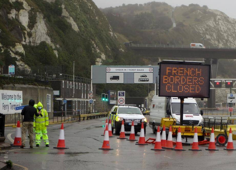 Un panneau lumineux annonce la fermeture de la frontière française à Douvres (Grande Bretagne) le 21 décembre 2020