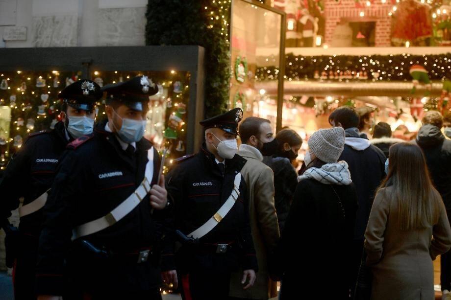 Des policiers en patrouille dans une rue commerçante de Rome, le 19 décembre 2020