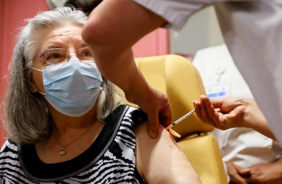 Mauricette, une femme de 78 ans, première personne en France à recevoir une dose de vaccin contre le Covid-19 le 27 décembre 2020 à Sevran (Seine-Saint-Denis)