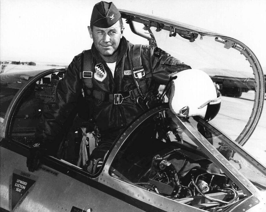 """Photo de l'US Air Force de l'aviateur américain Charlie """"Chuck"""" Yeager en 1962 à la base Edwards Air Force, en Californie"""