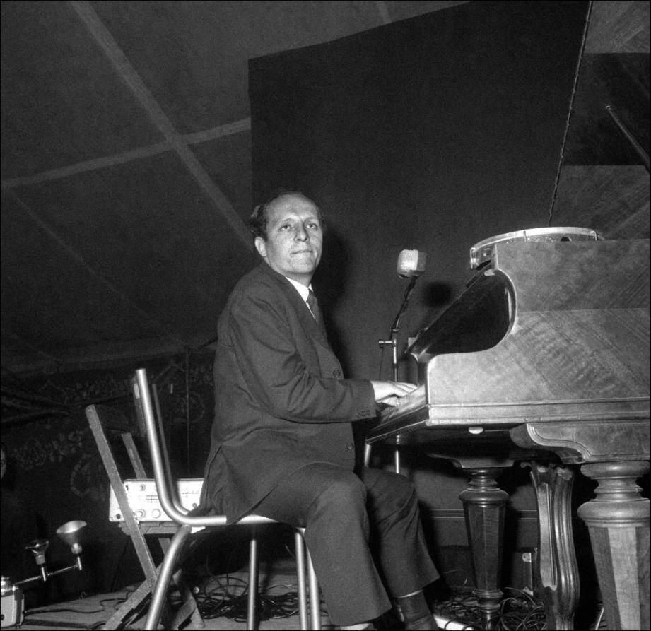 Le pianiste de jazz français Claude Bolling se produit lors d'un concert à Alfortville (Val-de-Marne) en 1966
