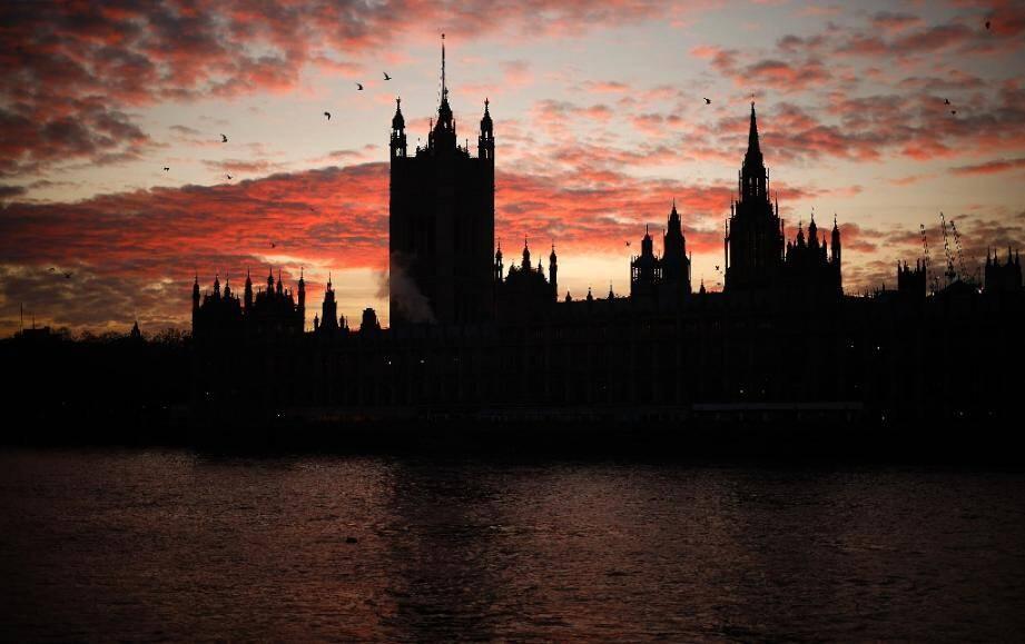 Coucher de soleil derrière le Palais de Westminster, qui abrite la Chambre des Communes où se réunit le Parlement, à Londres le 8 décembre 2020