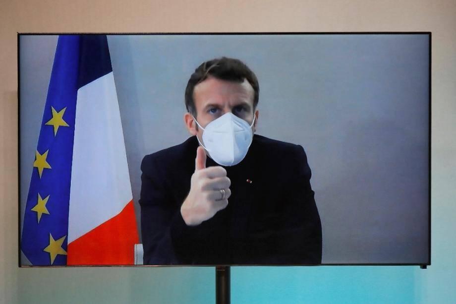 Le président Emmanuel Macron en visioconférence le 17 décembre 2020 à Paris