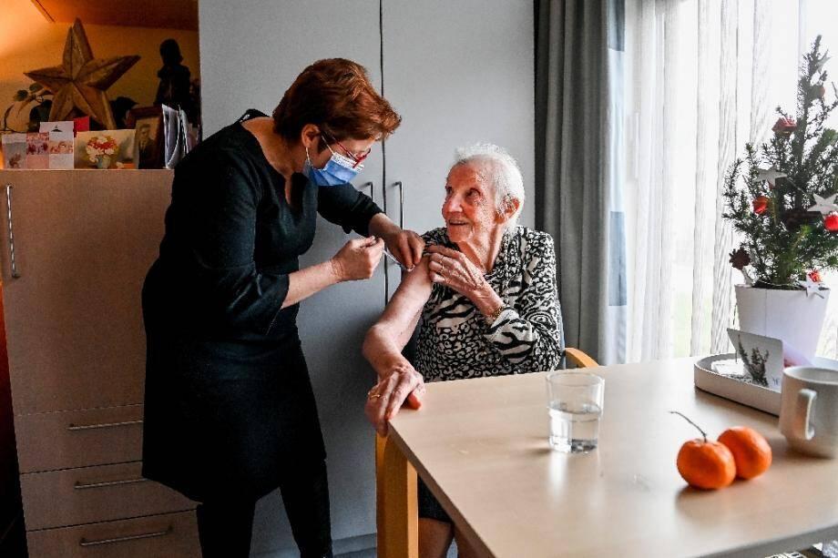 Une opération de vaccination à la maison de retraite Woonzorgcentrum Sint-Pieters à Puurs, en Flandre (Belgique), 28 décembre 2020