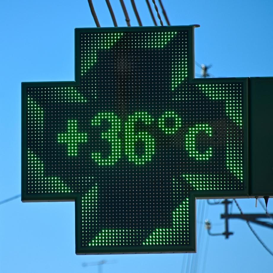 Une pharmacie affiche la température à Béthune (Pas-de-Calais) le 25 juin 2020