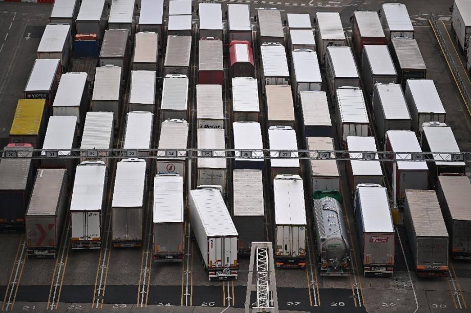 Des camions font la queue pour monter à bord d'un ferry à Douvres (Grande Bretagne) le 18 décembre 2020