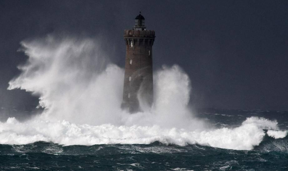 Fortes vagues et tempêtes au phare du Four d'Argenton à Porspoder (ouest), le 27 décembre 2020