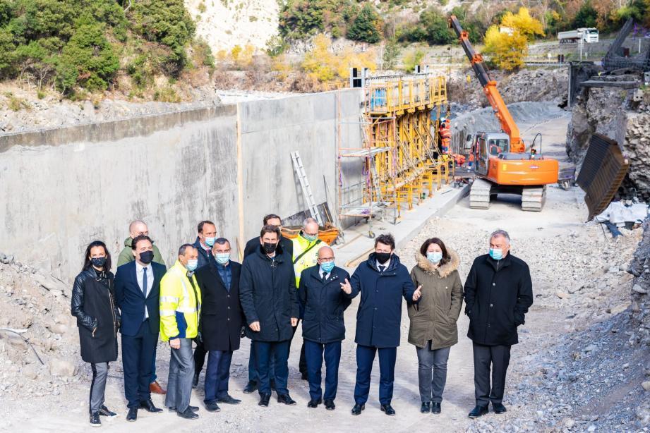 Élus et représentants des services métropolitains étaient, hier, sur les berges du Var pour constater l'avancée des travaux sur la double voie à sens unique en direction de Nice.(DR)