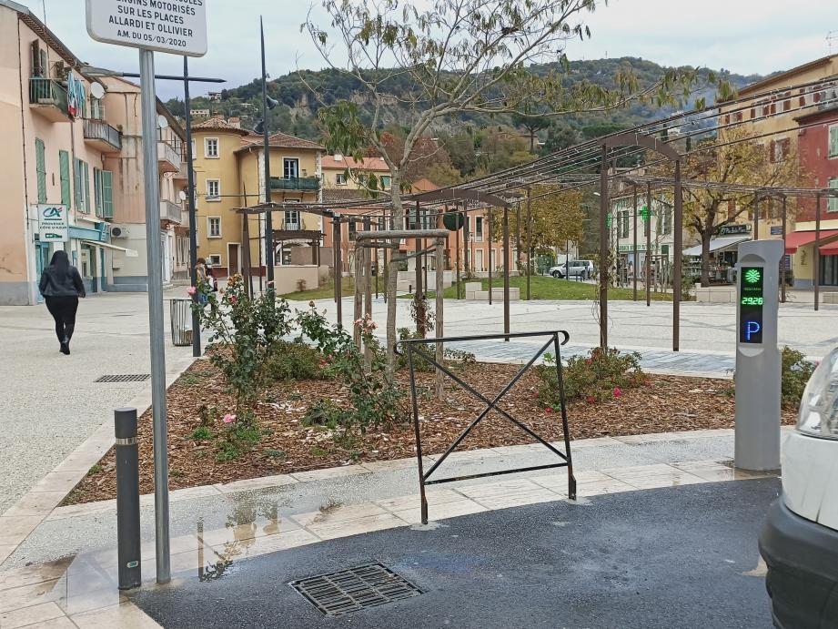 La nouvelle place Allardi, dans le centre de Contes, est achevée à 90 %.