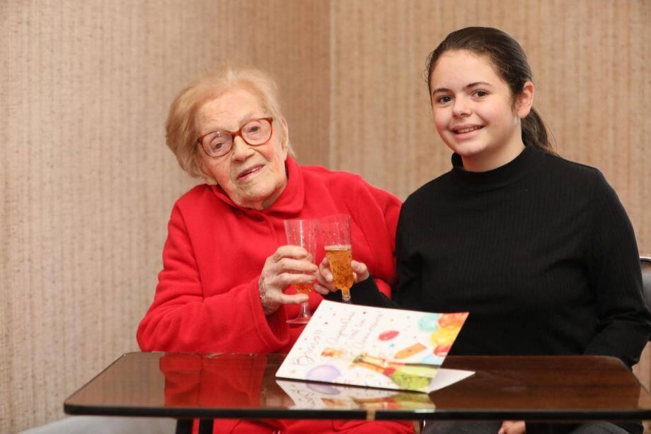 Près d'un siècle sépare Suzanne et Melissa, l'un de ses quatre arrière-arrière-petits-enfants. Ça méritait bien une photo souvenir, hier, dans l'appartement de la rue du Pont Romain. Et une petite coupe de champagne ; ou deux...