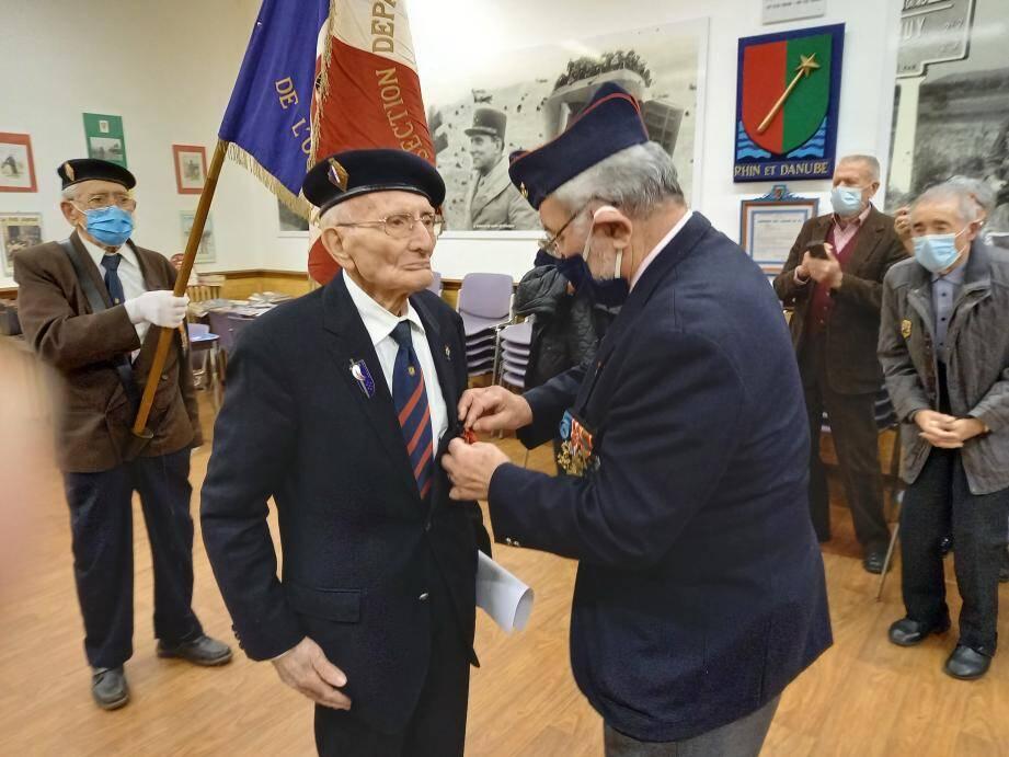 Léopold Basilio a reçu sa décoration des mains du colonel Claude Rizzotto qui présidait encore récemment l'Association des membres de la Légion d'honneur.