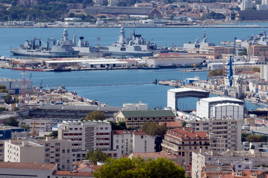 Avec 23 000 « mouvements par jour », le port militaire de Toulon est une véritable ville dans la ville.