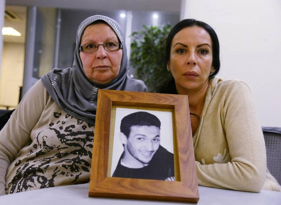 """Rahma, la maman de Nabil, et Cherazad, une de ses sœurs: """"Nous n'arrêterons jamais de le chercher."""""""