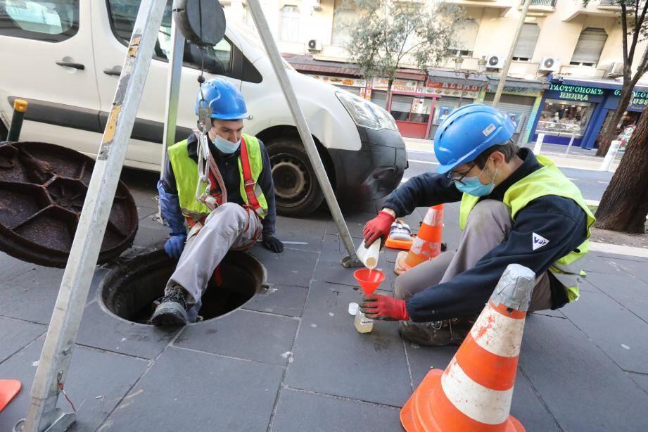 À Nice, quatorze prélèvements sont effectués quotidiennement comme ici au niveau des collecteurs du boulevard Gambetta.